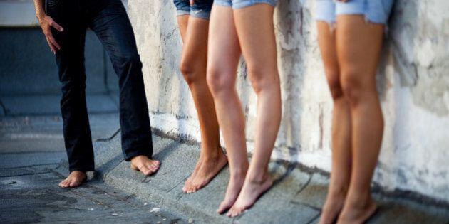 Russie: un néonazi arrêté après avoir forcé des prostituées à marcher nues dans la