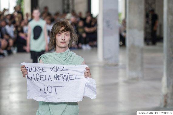 Un mannequin de Rick Owens au coeur d'une controverse après avoir affiché un message politique pendant...