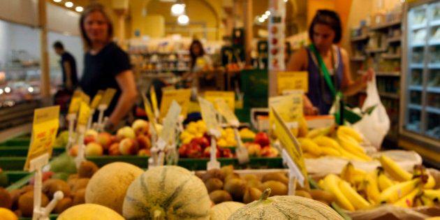 Kunden kaufen am Mittwoch, 29. Juli 2009, in einem Bio-Laden in Berlin ein. (AP Photo/Franka Bruns) ---Customers...