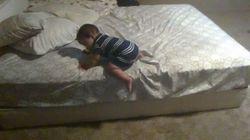 Ce bébé trouve une méthode ingénieuse pour s'échapper du lit
