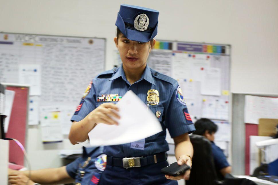 필리핀 경찰 여성아동보호센터 소속 경찰관이 사무실에서 일하고