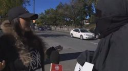 Une musulmane interpelle un manifestant vêtu d'une fausse burqa