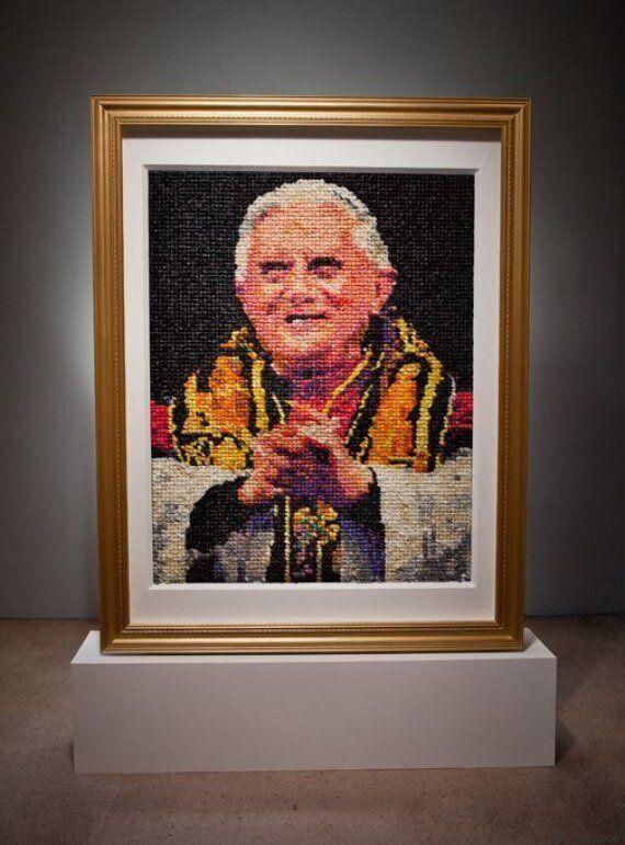 Ce portrait de Benoît XVI en préservatifs embarasse la communauté catholique
