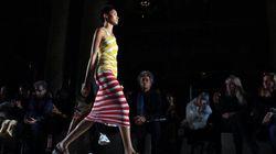 Mode à Paris: couleurs et plissés pour le printemps-été
