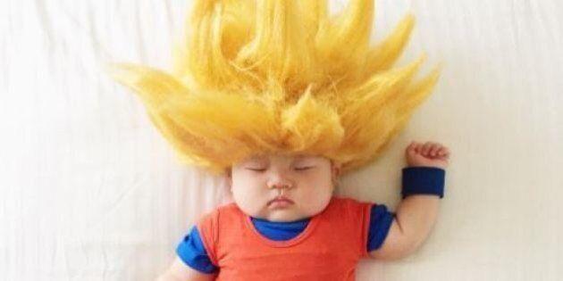 Des parents s'amusent à déguiser leur bébé pendant sa