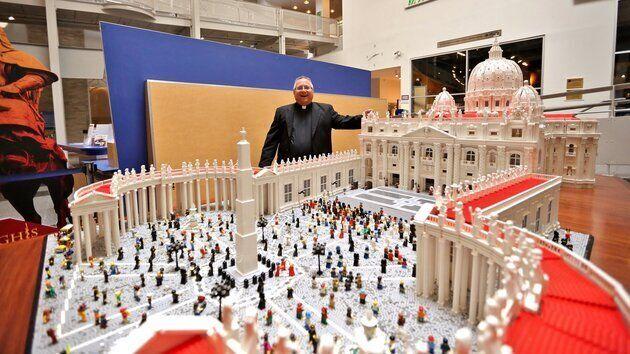Un prêtre recrée le Vatican en Legos à Philadelphie