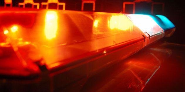 Un homme brandissant une scie mécanique est abattu par la police à