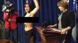 Une Femen s'invite à une conférence de presse de la ministre Hélène