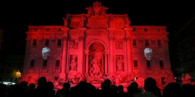 Italie : la Fontaine de Trevi en rouge pour symboliser le sang des chrétiens persécutés