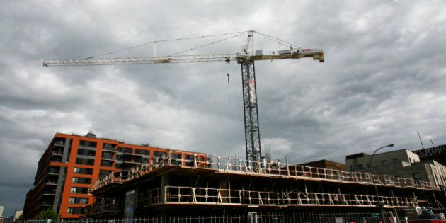 A condominium construction site is seen in downtown Montreal, July 13, 2009. REUTERS/Shaun Best (CANADA