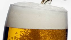 Voici comment servir quatre bières dans des verres en même
