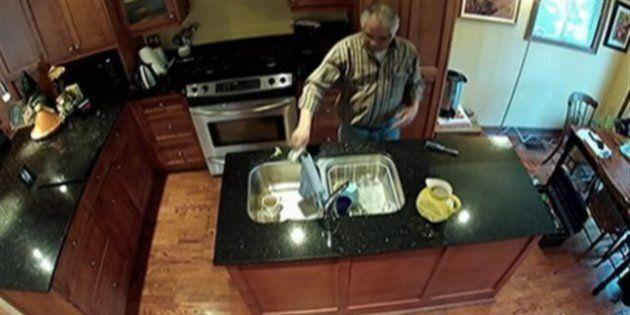 Un candidat conservateur filmé en train d'uriner dans la tasse d'un propriétaire, il se retire