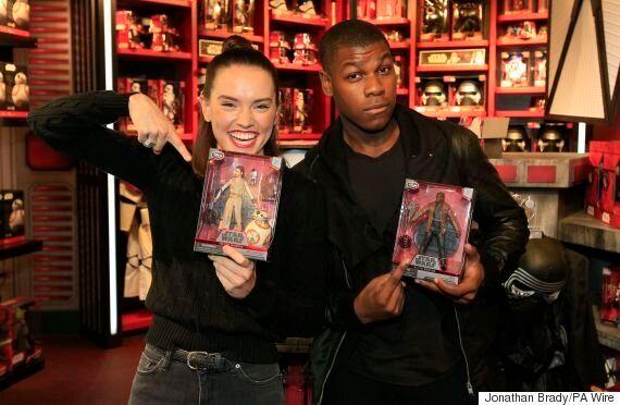 #ForceFriday: Les amateurs de Star Wars du monde ont fait le file pour découvrir les nouveaux produits...