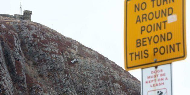 Une jeune femme plonge en voiture du haut d'une falaise à