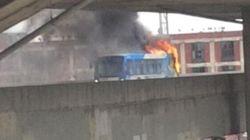 Un autobus a pris feu sur l'échangeur