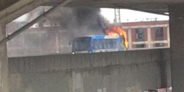 Un autobus a pris feu sur l'échangeur Turcot, jeudi en fin
