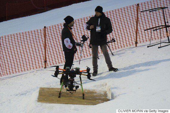 Le skieur autrichien Marcel Hirscher passe près de recevoir un drone sur la tête