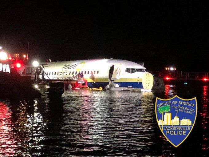 川に突っ込んだボーイング737型機(ジャクソンビル郡保安官事務所の公式Twitterより)
