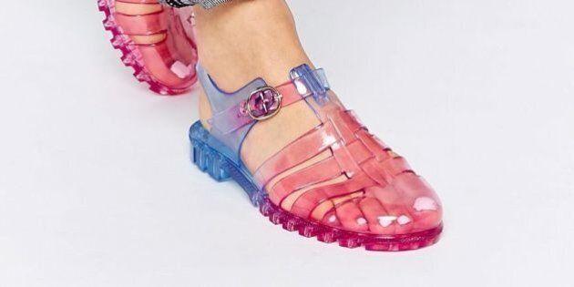 Les années 90 sont bien de retour: c'est la folie des sandales en plastique