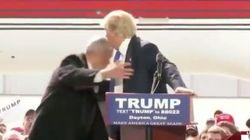 Un protestataire tente de faire irruption dans un rassemblement de Trump