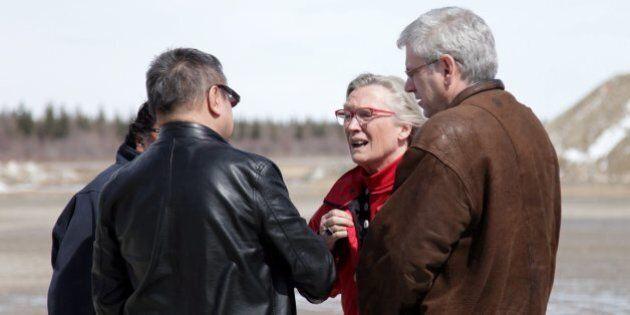 Des jeunes disent leur colère à la ministre Carolyn Bennett lors de sa visite à