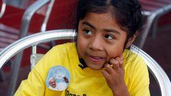 Une petite fille remet une lettre au pape