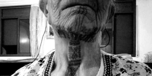 Aïcha, femme berbère, raconte l'histoire de ses tatouages traditionnels