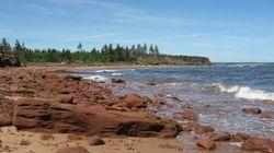 Une ado nage du Nouveau-Brunswick à