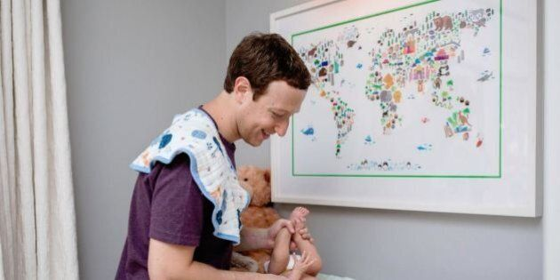Mark Zuckerberg change la couche de son bébé