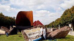 Sculpture: Anish Kapoor recouvre des graffitis antisémites de feuilles