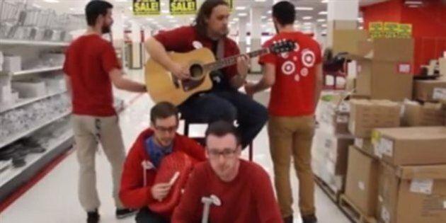 D'ex-employés du magasin Target soulignent leur dernier jour en chantant