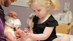 Des enfants voient leur petit frère ou petite sœur pour la première
