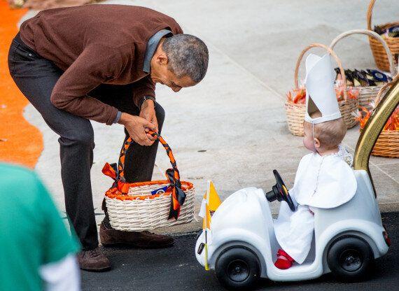 La photo cute du jour: Obama reçoit la visite d'un mini pape à la réception annuelle d'Halloween à la