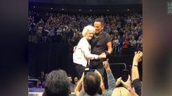 Bruce Springsteen danse avec une fan de 91 ans