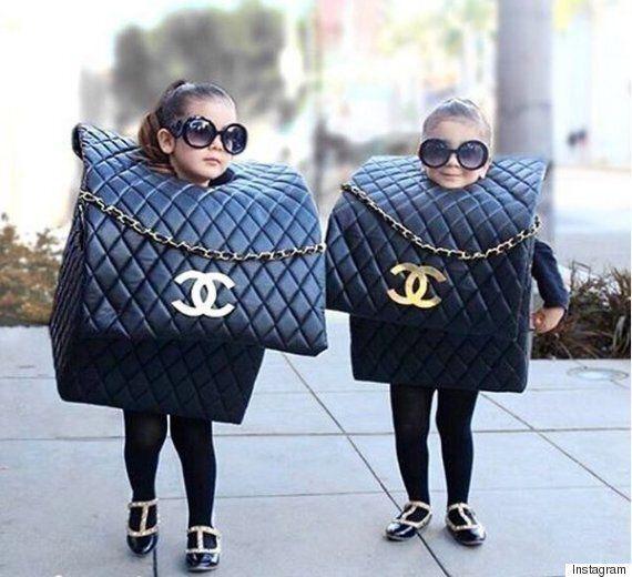 Les jumelles Chloé et Bella gagnent Halloween avec leur costume de sac Chanel