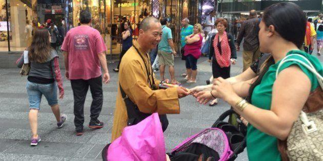 Des faux moines bouddhistes sévissent sur des sites touristiques à New