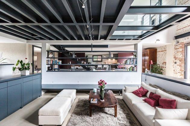 Ce superbe salon contemporain est une ferme rénovée