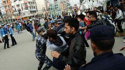 Népal: Des rescapés en colère se heurtent à la police
