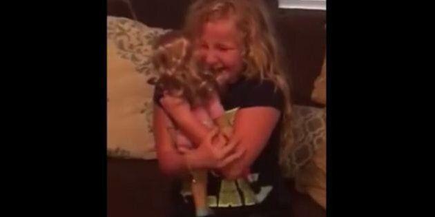 Cette fillette pleure de joie en découvrant une poupée avec la même prothèse de jambe qu'elle