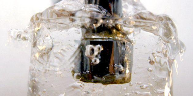 ARCHIV - Trinkwasser fliesst am 19. September 2000 aus einem Wasserhahn in Erfurt ein Glas. Die Wasserpreise oeffentlicher Versorger koennen nach einem Grundsatzurteil des Bundesgerichtshofs (BGH) leichter auf Missbrauch kontrolliert werden. Mit dem Urteil vom Dienstag, 2. Februar 2010, bestaetigte der Kartellsenat des BGH, dass der Versorger Enwag in Wetzlar seine Preise um 30 Prozent senken muss. (Aktenzeichen: Bundesgerichtshof KVR 66/08)  (AP Photo/Jens Meyer, Archiv) ** zu APD7659 ** --- FILE - Water from a tab is filled into a glass in Erfurt, Germany, in a Sept. 19, 2000 file photo.  (AP Photo/Jens Meyer, File)