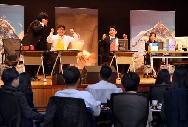 지난 4월25일 경기도 용인시 신한은행 연수원에서 대리급 이상 직원 120명이 모여 직장 내 세대갈등을 다룬 연극을 관람하고 있다. 강재훈