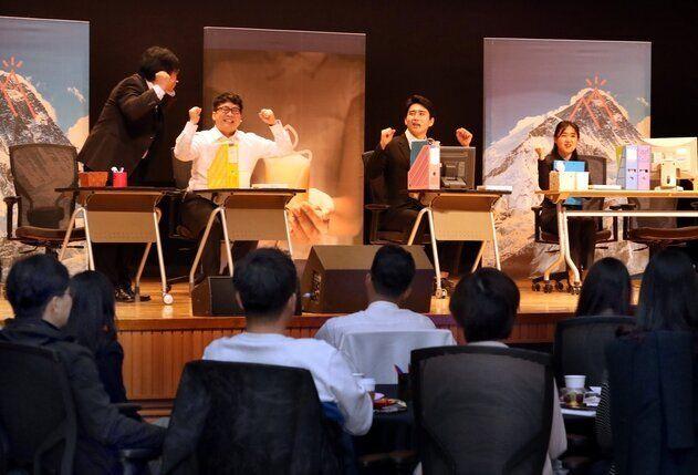 지난 4월25일 경기도 용인시 신한은행 연수원에서 대리급 이상 직원 120명이 모여 직장 내 세대갈등을 다룬 연극을 관람하고 있다. 강재훈 선임기자