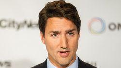 Trudeau critiqué pour n'avoir eu que des hommes derrière lui à