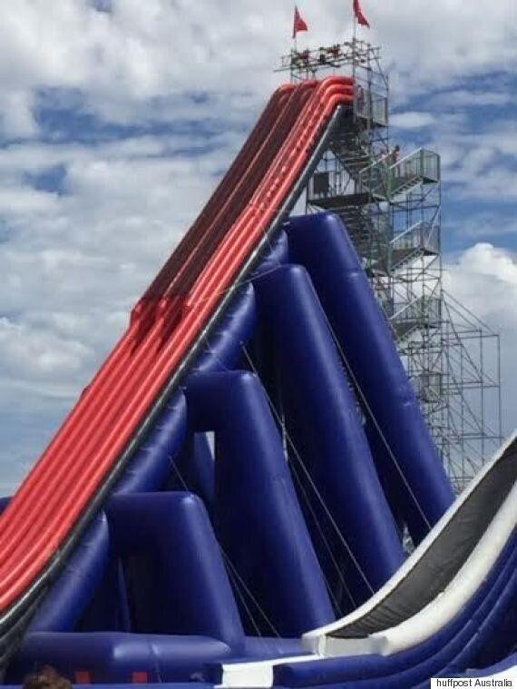 Voici la plus haute glissade d'eau gonflable du monde