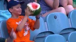 Ce garçon et son melon d'eau ont fasciné les réseaux sociaux