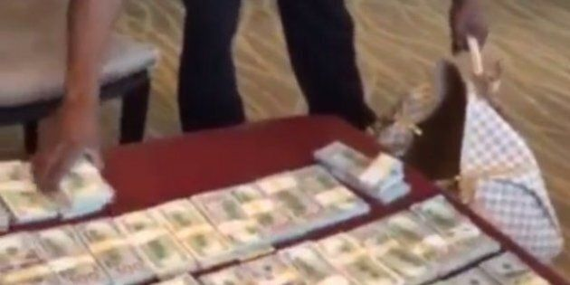 Le boxeur Floyd Mayweather s'affiche sur Instagram avec des dizaines de liasses dollars