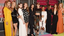 Taylor Swift arrive sur le tapis rouge avec son escouade au grand