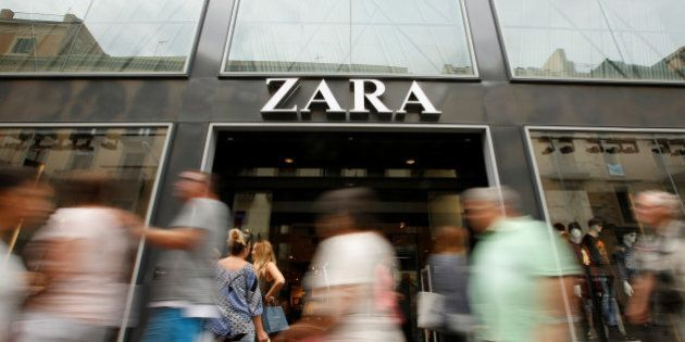 People walk past a Zara store, an Inditex brand, in central Barcelona, Spain, September 20, 2016. REUTERS/Albert