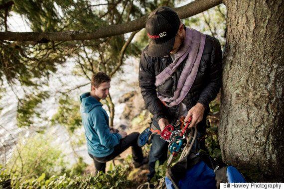 À Vancouver, des casse-cous ont fait du « slackline » à 18 mètres au-dessus de l'océan