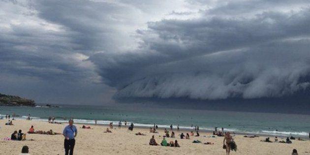Une spectaculaire barre de nuages frappe Bondi Beach, à Sydney